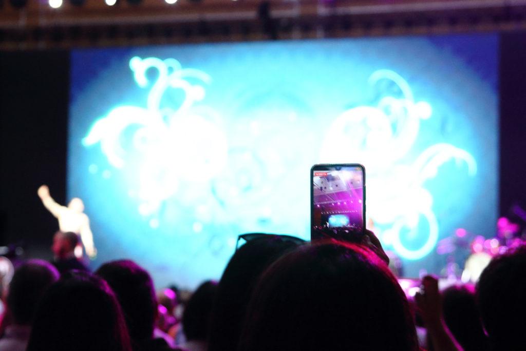Ripresa video tramite cellulare durante un concerto